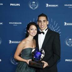 Sebastien Buemi y Jennifer Mock con el trofeo del WEC