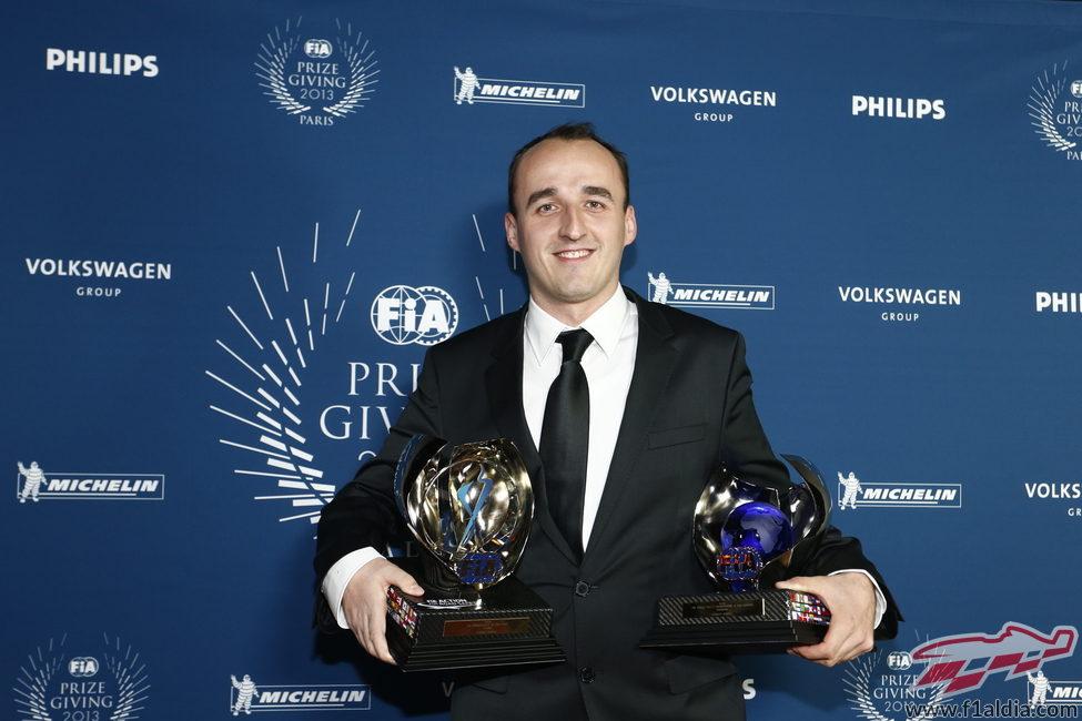 Robert Kubica con sus dos trofeos