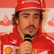 Fernando Alonso atiende a la prensa en el evento