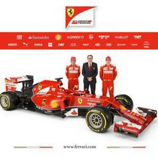 Stefano Domenicali posa junto a Fernando Alonso y Kimi Räikkönen