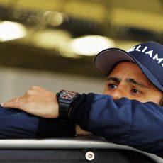 Felipe Massa apoyado en el box