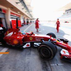 Fernando Alonso sale a pista en Sakhir