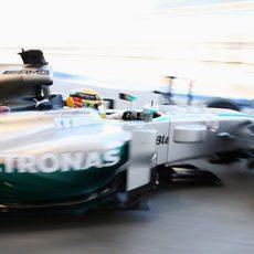 Lewis Hamilton, camino del pitlane