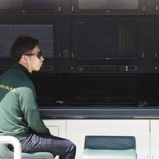 Kamui Kobayashi espera en el muro de Caterham