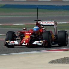El F14-T de Alonso avanza en Baréin