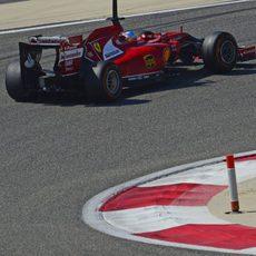 Fernando Alonso sale de una curva en Sakhir