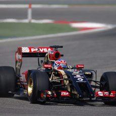 El Lotus E22 de Romain Grosjean rueda en Sakhir