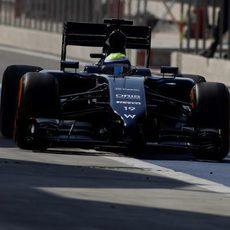 Felipe Massa abandona el 'pit-lane' para salir a pista