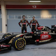 Romain Grosjean y Pastor Maldonado posan con el E22