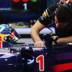 Comprobaciones en el coche de Sebastian Vettel