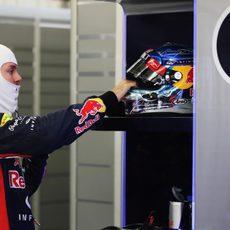 Sebastian Vettel coge su casco antes de salir a pista