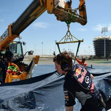 La grúa recoge el RB10 de Sebastian Vettel