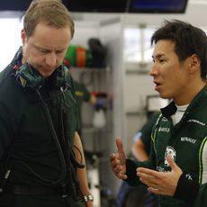 Kobayashi trata de expresar sus sensaciones a su equipo