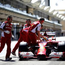 Fernando Alonso regresa a boxes
