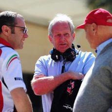 Stefano Domenicali, Helmut Marko y Niki Lauda en Baréin