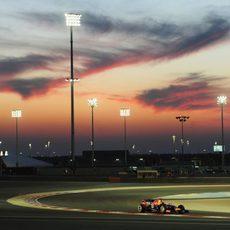 Sebastian Vettel rueda bajo este espectacular cielo