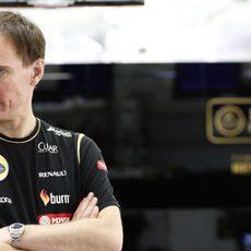 Nick Chester observa los problemas del E22