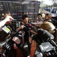 Romain Grosjean atiende a los medios de comunicación