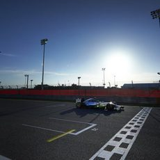 Lewis Hamilton pasa por la meta de Sakhir