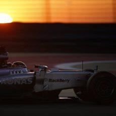 Lewis Hamilton pilota en el atardecer de Baréin