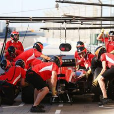 El equipo Marussia practica un pit-stop
