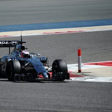 Jenson Button afronta una curva en Baréin