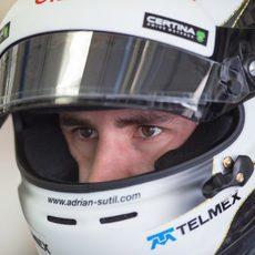 Adrian Sutil concentrado antes de subir al coche