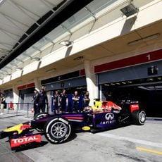 Sebastian Vettel sale de boxes