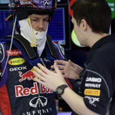Sebastian Vettel recibe las últimas indicaciones