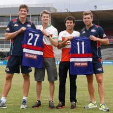 Los chicos de Force India prueban el fútbol australiano