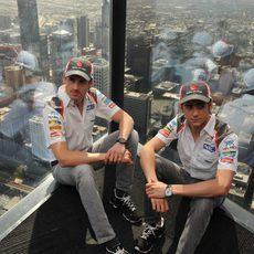 Adrian Sutil y Esteban Gutiérrez en un rascacielos de Melbourne