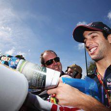 Daniel Ricciardo firma autógrafos a los fans de Melbourne