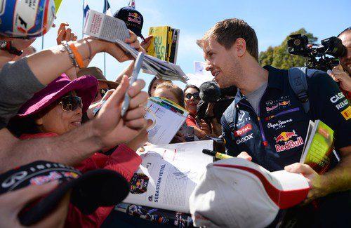 Sebastian Vettel firma autógrafos en Melbourne