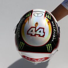 Diseño blanco para el casco de Lewis Hamilton