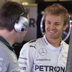 Nico Rosberg sonríe en el box