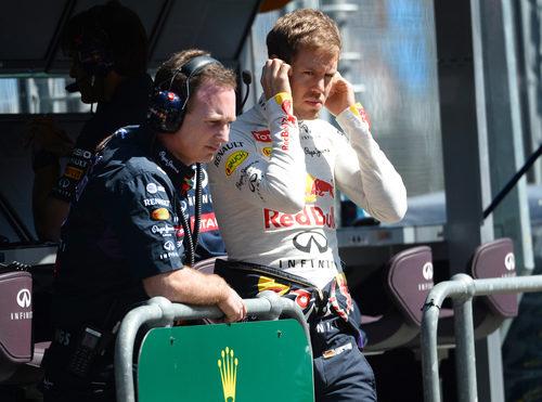 Sebastian Vettel observa la acción desde el muro de boxes
