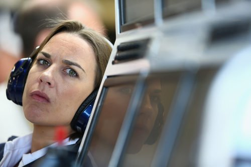 Claire Williams, muy atenta a lo que sucede en pista