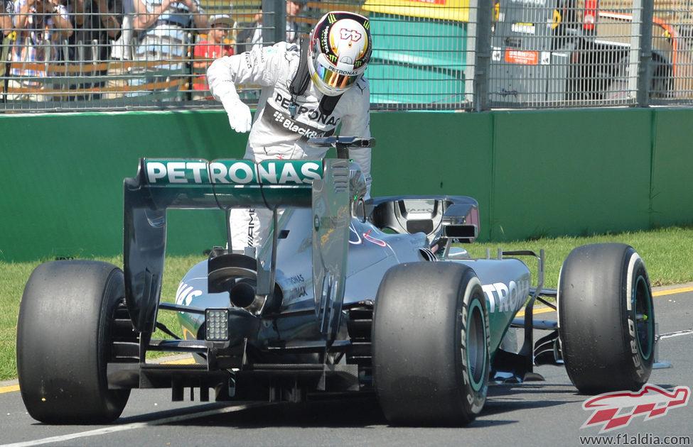 Lewis Hamilton se baja del coche tras quedarse parado