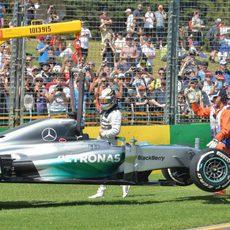 La grúa retira el monoplaza de Lewis Hamilton