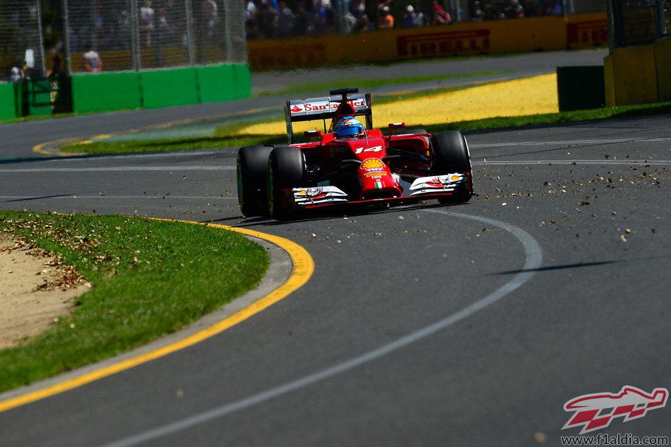 Fernando Alonso pasa junto a la suciedad de la pista