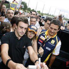 Alonso atiende a los fans