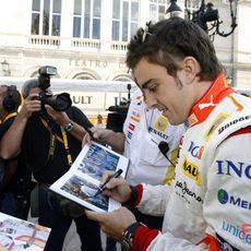 Alonso firma unas revistas