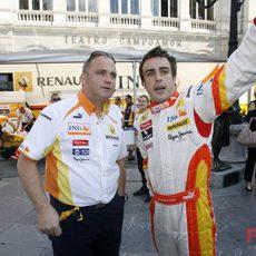 Alonso charla con un miembro de Renault