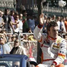 Alonso saluda a los aficionados