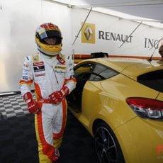 Alonso a por el coche amarillo
