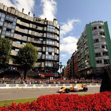 Alonso da una vuelta a la plaza