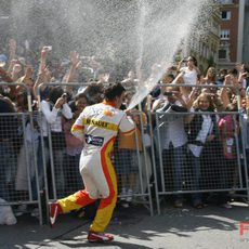 Alonso moja a los aficionados