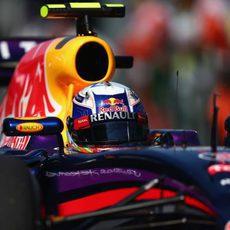 Plano cercano de Daniel Ricciardo en el RB10