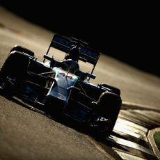 Lewis Hamilton avanza en el atardecer
