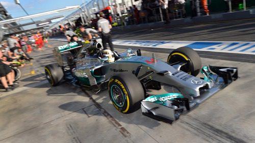 Lewis Hamilton sale de boxes en Melbourne